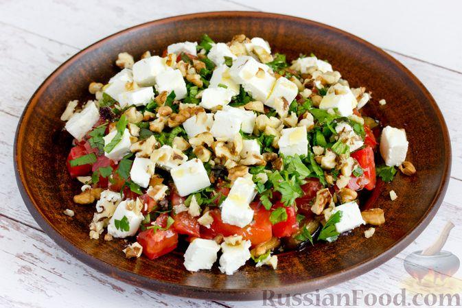 Фото к рецепту: Салат из жареных баклажанов, помидоров и сыра фета
