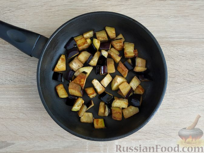Фото приготовления рецепта: Салат из жареных баклажанов, помидоров и сыра фета - шаг №4