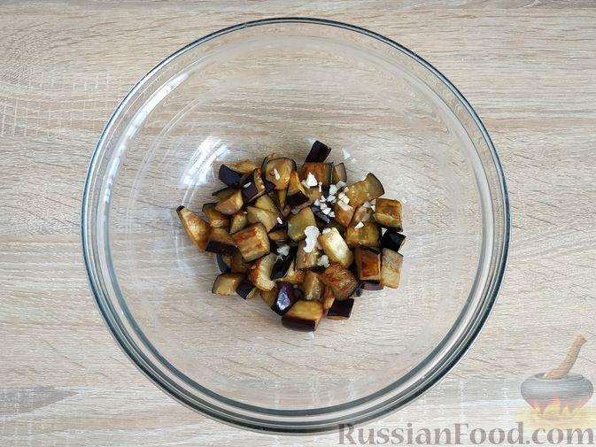Фото приготовления рецепта: Салат из жареных баклажанов, помидоров и сыра фета - шаг №5