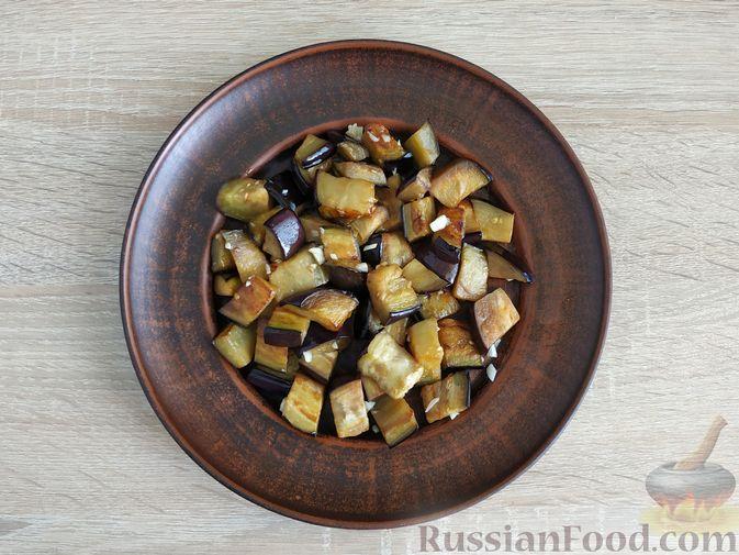 Фото приготовления рецепта: Салат из жареных баклажанов, помидоров и сыра фета - шаг №6