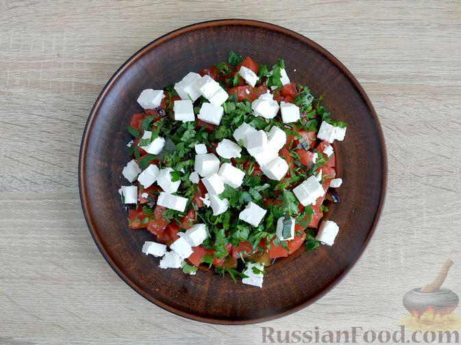 Фото приготовления рецепта: Салат из жареных баклажанов, помидоров и сыра фета - шаг №12