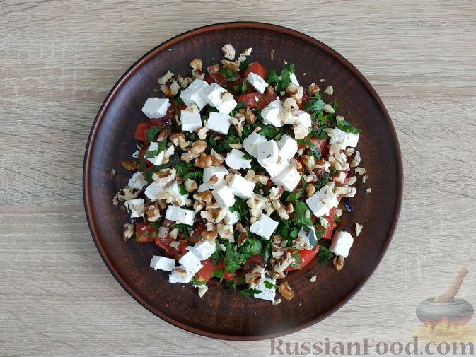 Фото приготовления рецепта: Салат из жареных баклажанов, помидоров и сыра фета - шаг №14