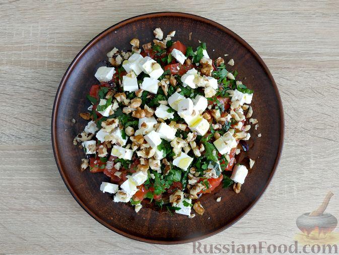 Фото приготовления рецепта: Салат из жареных баклажанов, помидоров и сыра фета - шаг №15