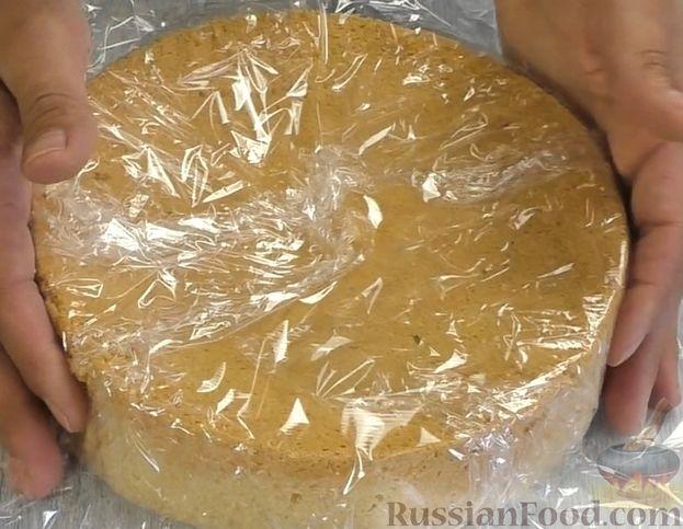 Фото приготовления рецепта: Медовый торт-мусс с малиной - шаг №10