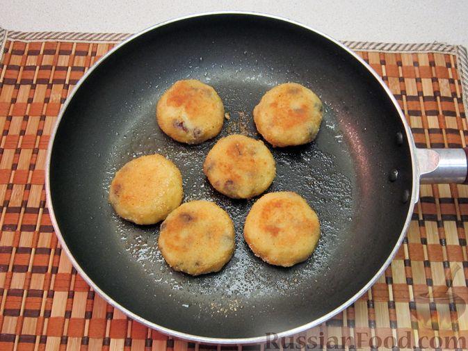 Фото приготовления рецепта: Бисквитный рулет с творогом и инжиром - шаг №7
