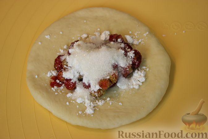 Фото приготовления рецепта: Пирожки с земляникой - шаг №7