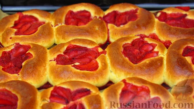 Фото приготовления рецепта: Булочки с клубникой - шаг №13