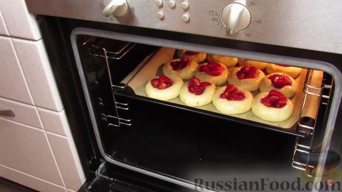 Фото приготовления рецепта: Булочки с клубникой - шаг №12