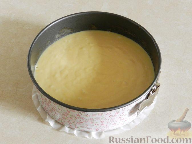 Фото приготовления рецепта: Пирог с черешней и лимонной глазурью - шаг №8
