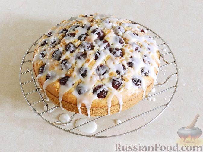 Фото приготовления рецепта: Пирог с черешней и лимонной глазурью - шаг №12