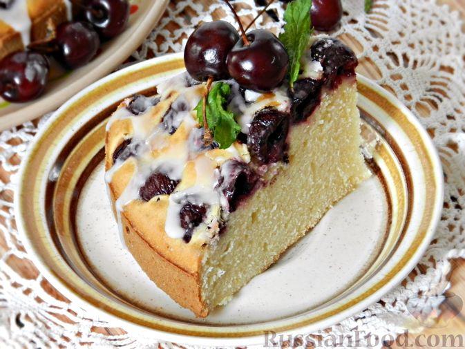 Фото приготовления рецепта: Пирог с черешней и лимонной глазурью - шаг №15