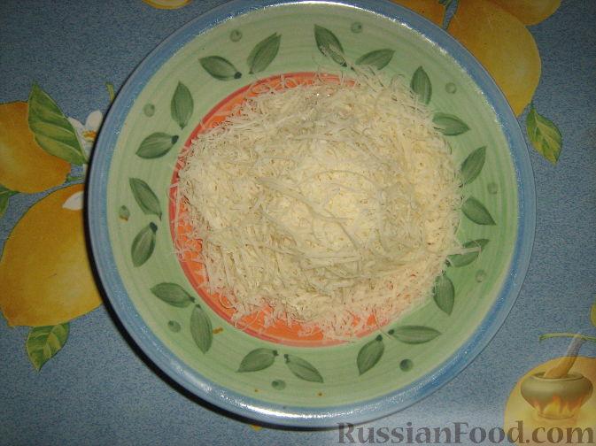 Фото приготовления рецепта: Слоёный салат с копчёной курицей, картофелем, морковью, свёклой и черносливом - шаг №10