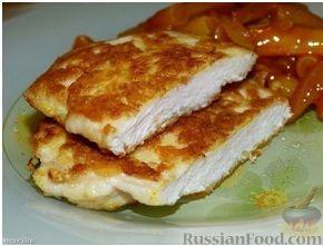 Фото приготовления рецепта: Слоёный салат с крабовыми палочками, ветчиной, плавленым сыром и яблоком - шаг №2