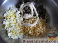 """Фото приготовления рецепта: Салат с грибами """"Неожиданная радость"""" - шаг №8"""
