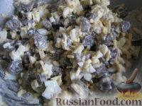 """Фото приготовления рецепта: Салат с грибами """"Неожиданная радость"""" - шаг №9"""