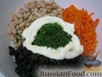 """Фото приготовления рецепта: Салат """"Каприз"""" с корейской морковью и черносливом - шаг №7"""
