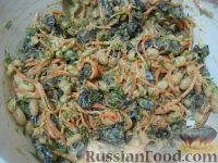 """Фото приготовления рецепта: Салат """"Каприз"""" с корейской морковью и черносливом - шаг №8"""
