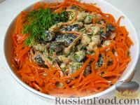 """Фото приготовления рецепта: Салат """"Каприз"""" с корейской морковью и черносливом - шаг №9"""