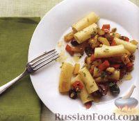Фото к рецепту: Макароны с орешками, оливками, каперсами и болгарским перцем