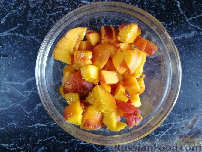 Фото приготовления рецепта: Творожная запеканка с персиками, без муки (в микроволновке) - шаг №7