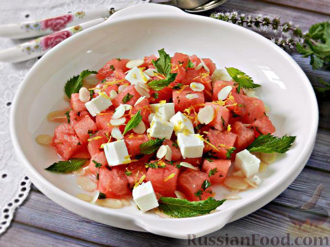 Фото к рецепту: Салат с арбузом, сыром фета и мятой