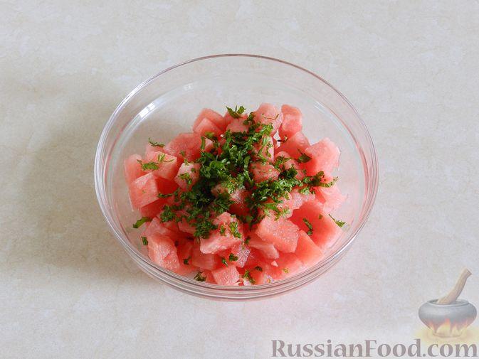 Фото приготовления рецепта: Салат с арбузом, сыром фета и мятой - шаг №5