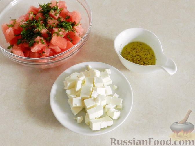 Фото приготовления рецепта: Салат с арбузом, сыром фета и мятой - шаг №6