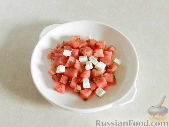 Фото приготовления рецепта: Салат с арбузом, сыром фета и мятой - шаг №9
