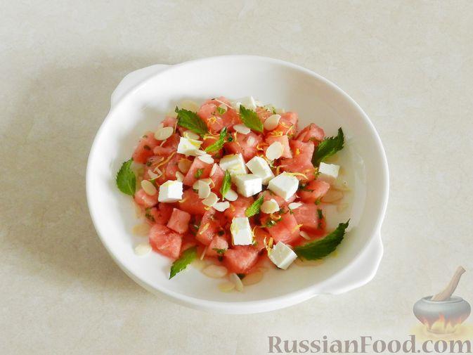 Фото приготовления рецепта: Салат с арбузом, сыром фета и мятой - шаг №10
