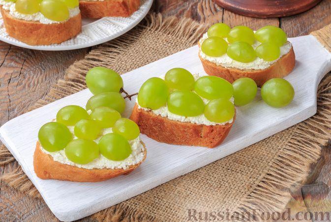 Фото к рецепту: Бутерброды с сыром фета и виноградом