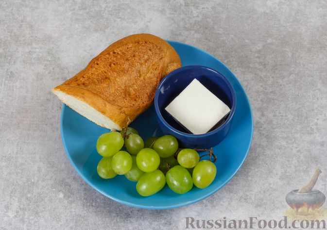 Фото приготовления рецепта: Бутерброды с сыром фета и виноградом - шаг №1