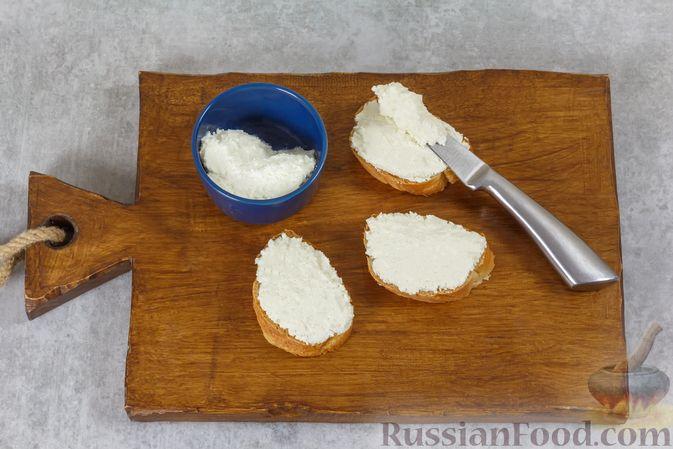 Фото приготовления рецепта: Бутерброды с сыром фета и виноградом - шаг №3