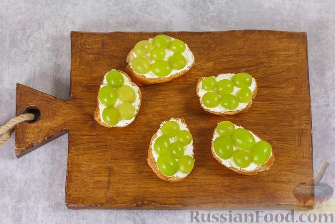 Фото приготовления рецепта: Бутерброды с сыром фета и виноградом - шаг №4