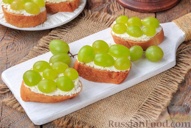 Фото приготовления рецепта: Бутерброды с сыром фета и виноградом - шаг №5