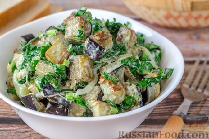 Фото к рецепту: Салат из жареных баклажанов с луком и шпинатом