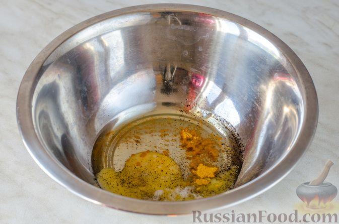 Фото приготовления рецепта: Салат из жареных баклажанов с луком и шпинатом - шаг №2
