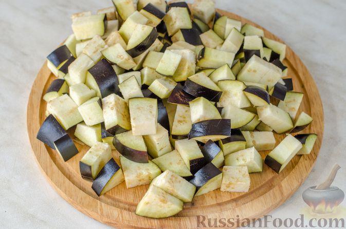 Фото приготовления рецепта: Салат из жареных баклажанов с луком и шпинатом - шаг №3