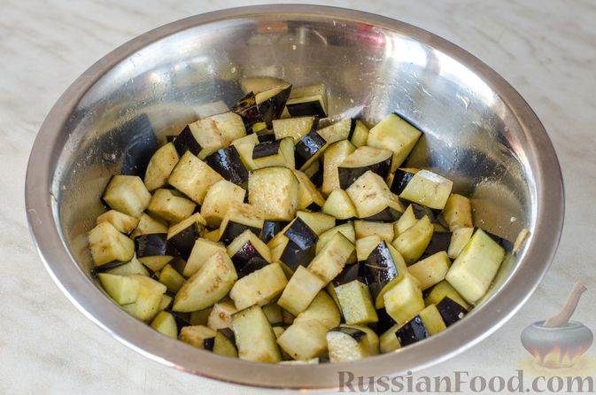 Фото приготовления рецепта: Салат из жареных баклажанов с луком и шпинатом - шаг №4