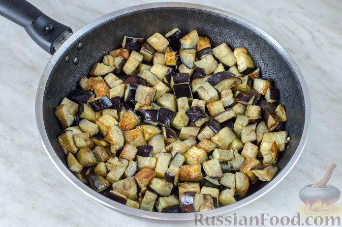 Фото приготовления рецепта: Салат из жареных баклажанов с луком и шпинатом - шаг №7