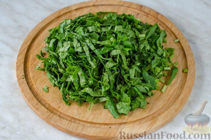 Фото приготовления рецепта: Салат из жареных баклажанов с луком и шпинатом - шаг №9