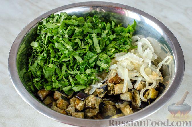 Фото приготовления рецепта: Салат из жареных баклажанов с луком и шпинатом - шаг №10