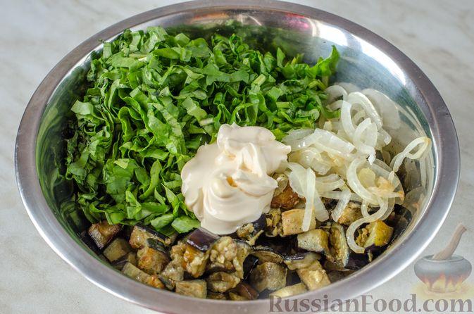 Фото приготовления рецепта: Салат из жареных баклажанов с луком и шпинатом - шаг №11