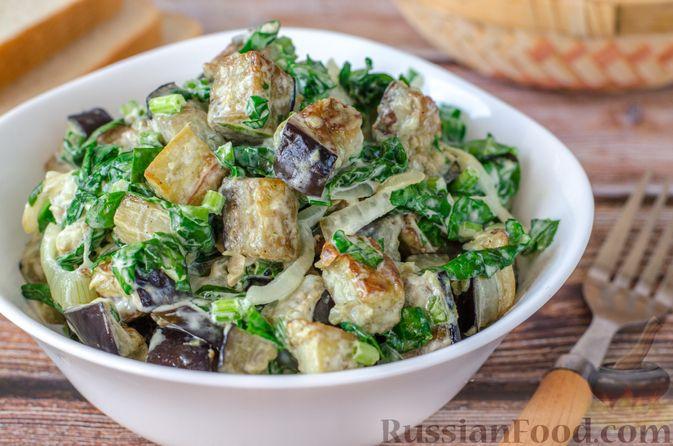 Фото приготовления рецепта: Салат из жареных баклажанов с луком и шпинатом - шаг №13
