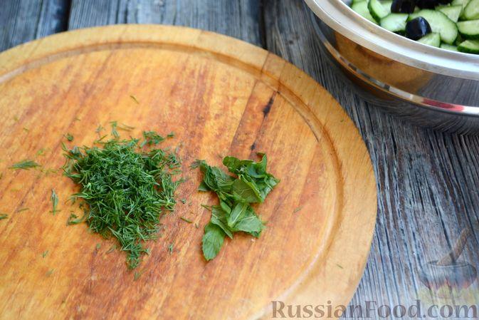 Фото приготовления рецепта: Яблочно-сливовый крамбл с овсяными хлопьями - шаг №4