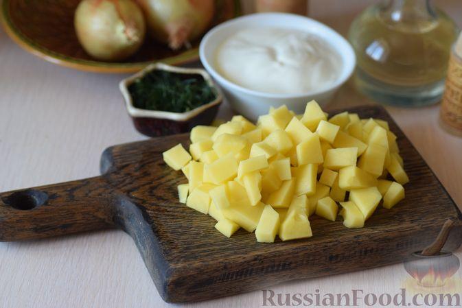 Фото приготовления рецепта: Куриные сердечки с кольраби и картошкой в сметанном соусе - шаг №3