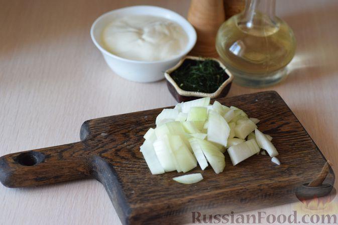 Фото приготовления рецепта: Куриные сердечки с кольраби и картошкой в сметанном соусе - шаг №4