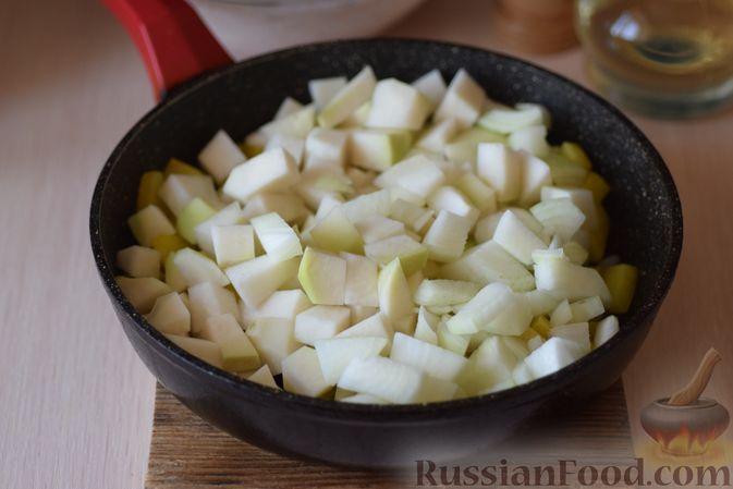 Фото приготовления рецепта: Куриные сердечки с кольраби и картошкой в сметанном соусе - шаг №10