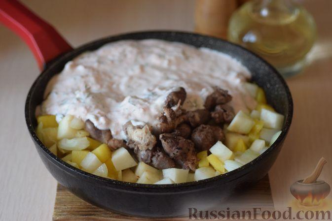 Фото приготовления рецепта: Куриные сердечки с кольраби и картошкой в сметанном соусе - шаг №12