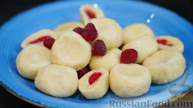 Фото к рецепту: Творожные кнедлики с малиной
