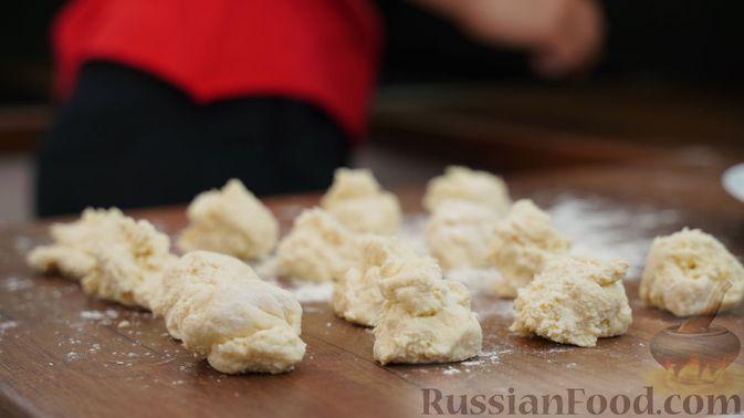 Фото приготовления рецепта: Творожные кнедлики с малиной - шаг №2